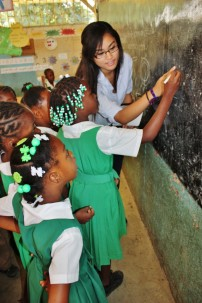 Amizade volunteer teaching students in Jamaica