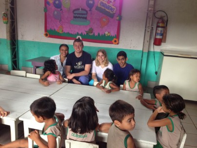 Amizade volunteers with kids from Seara